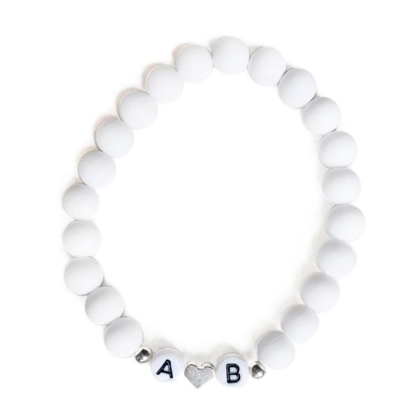 Bílý matný s iniciály, stříbrné srdce i tečky