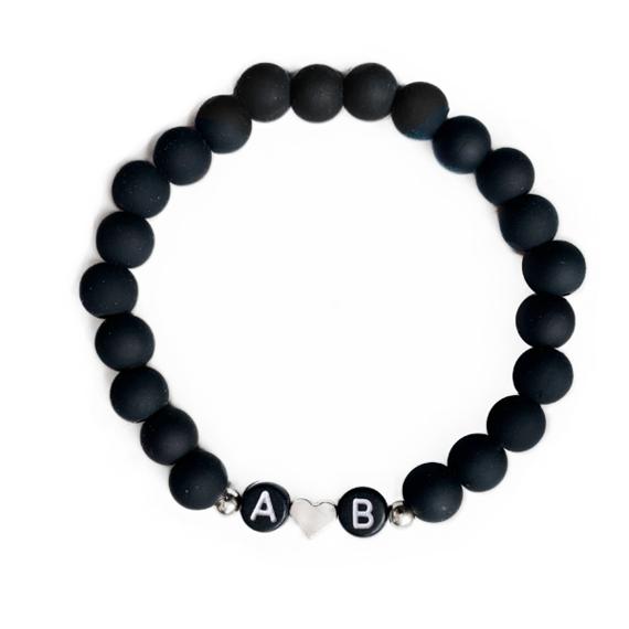 Černý matný s iniciály, stříbrné srdce i tečky